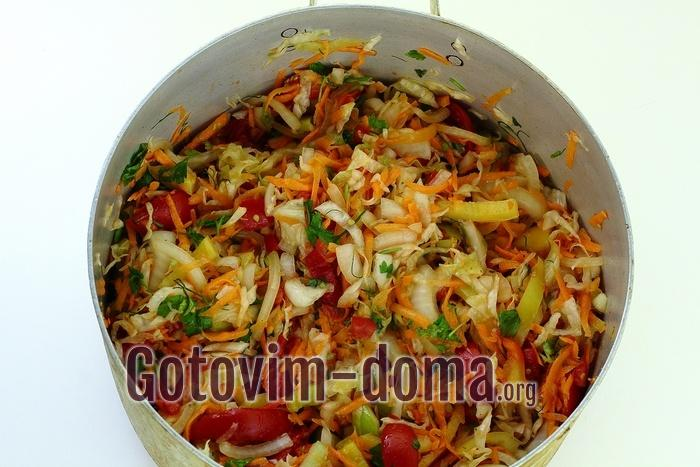 овощная смесь для салата на зиму в кастрюле