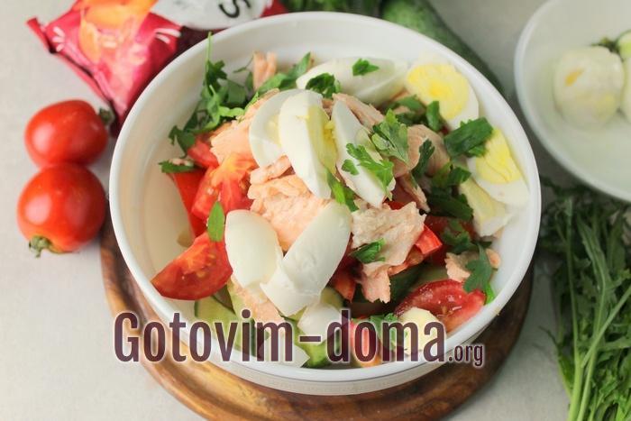 Вареные яйца добавлены в салат с семгой