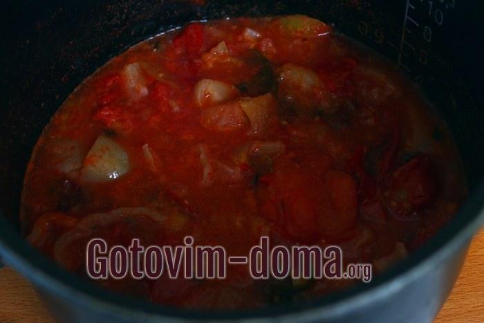 Готовится томатный соус на зиму