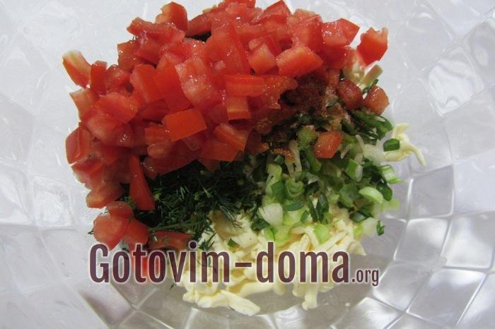 Плавленый сыр, зелень, помидоры в миске