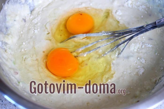 Куриные яйца добавлены в тесто для оладьев на кислом молоке
