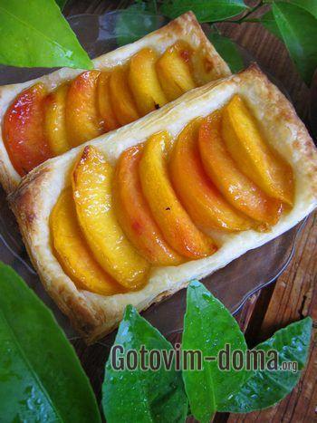 Как стряпать слойки со свежими персиками