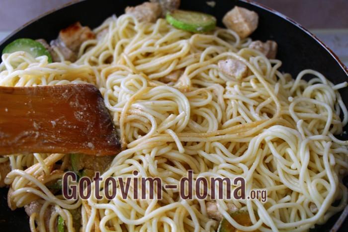 В готовые кабачки с курицей добавляем сливки и спагетти