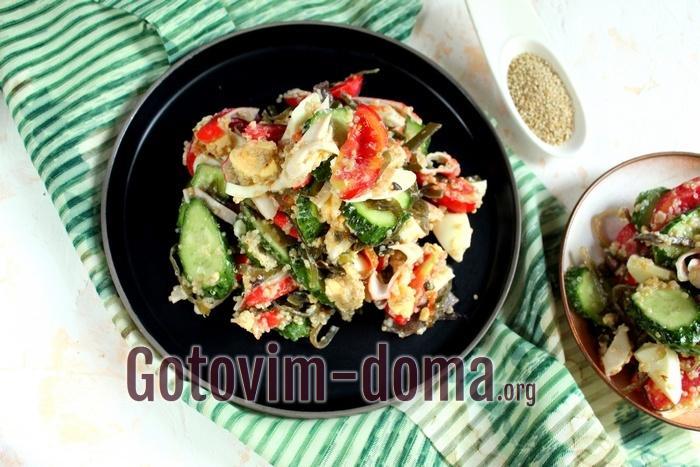 салат с крабовыми палочками, киноа и морской капустой подается сразу после приготовления