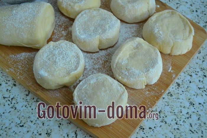 Пирожковое тесто раскатываем в жгут и делим на кусочки