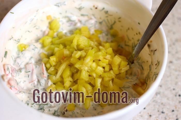 Болгарский перец кубиками добавлен в начинку для баклажанов