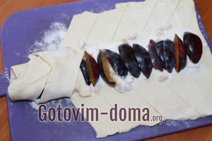 Плетем косу на пироге со сливами