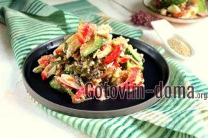 Салат с крабовыми палочками, киноа и морской капустой, рецепт с фото