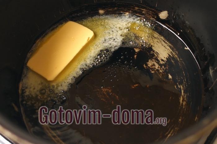 В казан или чашу залейте растительное масло и добавьте сливочное масло