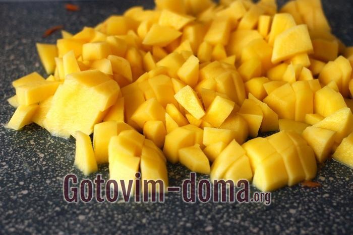 Картофель очистите, помойте и нарежьте кубиками.