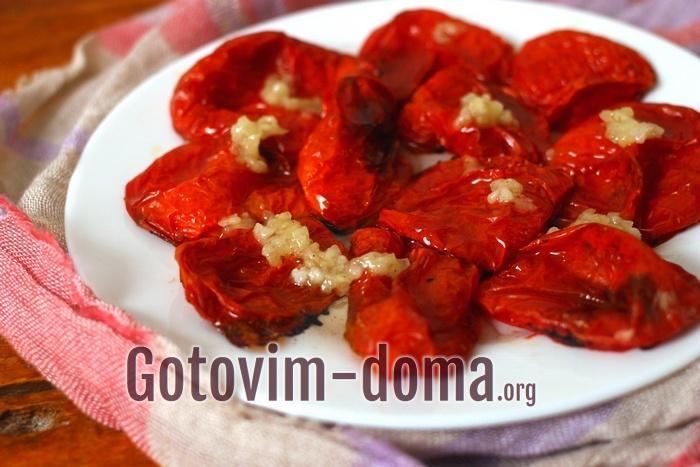 Запеченные помидоры политы чесночным соусом
