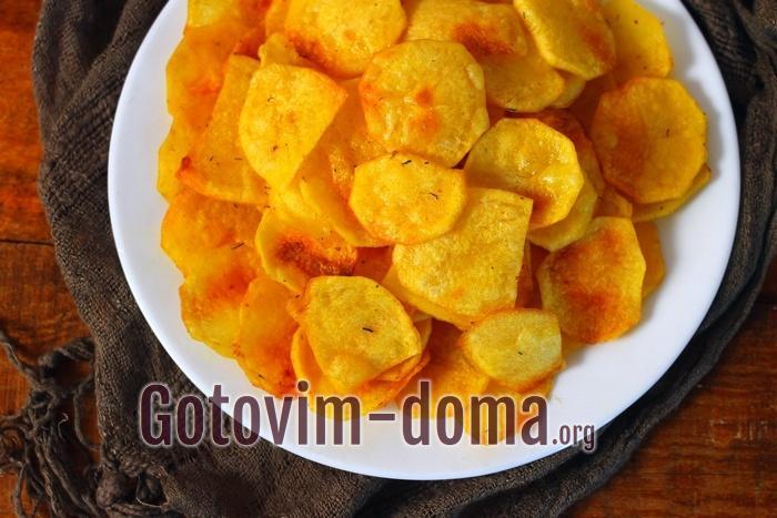 Картофельные чипсы в домашних условиях на тарелке