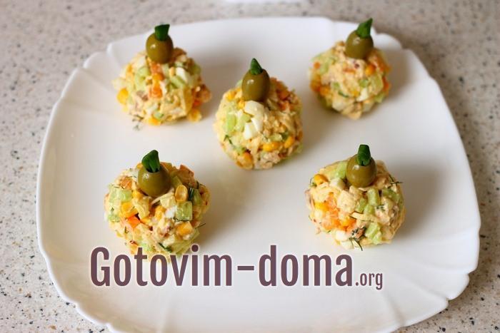 Оливки с зеленым луком на шариках из салата