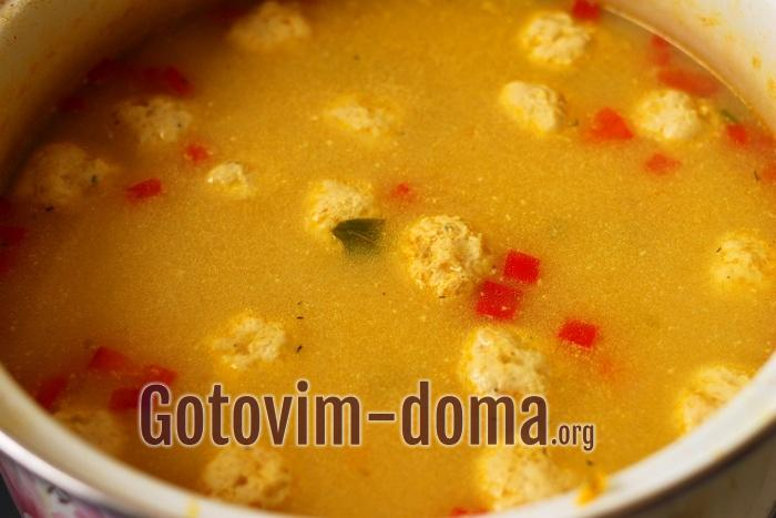 Помешивая, растопите сыр в супе с фрикадельками