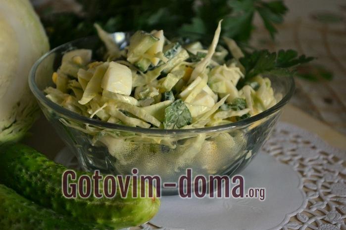 Быстрый летний салат с овощами готов.