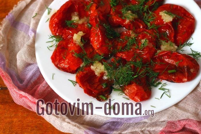 Запеченные помидоры в духовке с чесноком готовы!