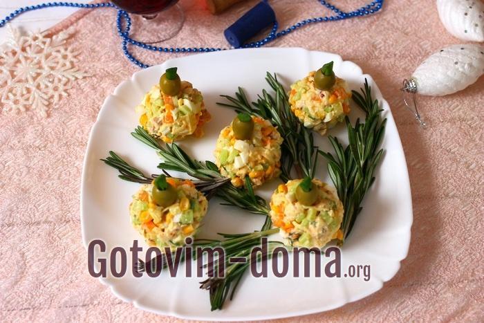 Новогодний порционный салат готов.