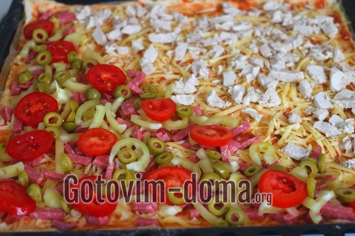 Оливки колечками на пицце.