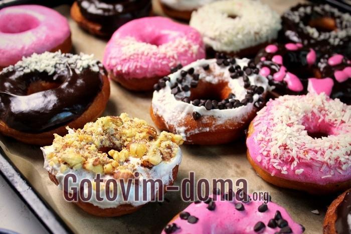 Обмакивайте домашние пончики в шоколад
