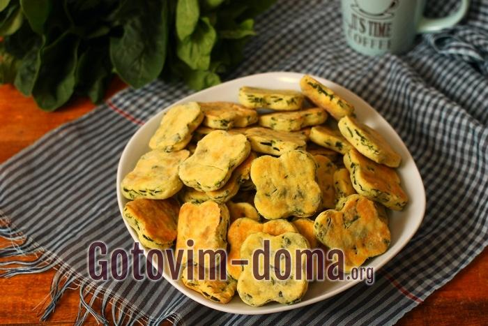 отовое печенье с сыром фета и шпинатом выложите на блюдо