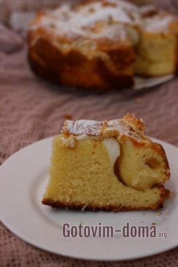 Кусочек пирога с персиками на манке.