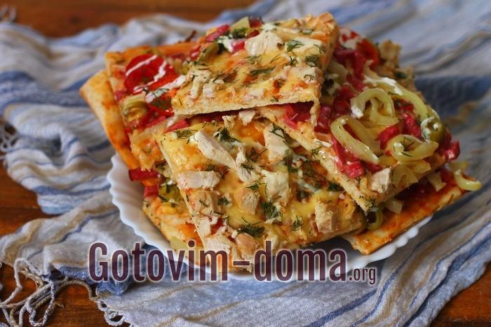 Пицца из дрожжевого теста с колбасой и куриным филе, рецепт с фото.