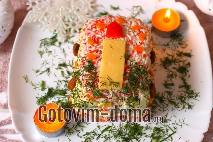 Салат с крабовыми палочками новогодний.