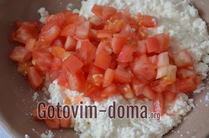 Нарезаем помидор кубиками и добавляем в начинку