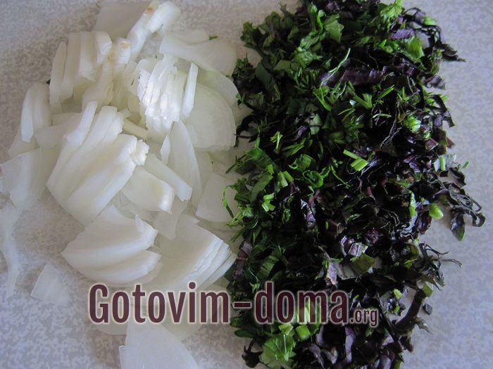 Лук репчатый и зелень порезаны для армянского салата