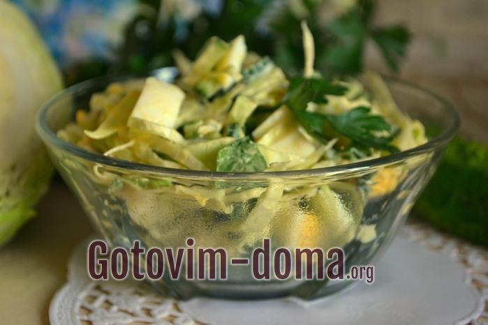 Приготовление быстрого и вкусного салата из огурцов.