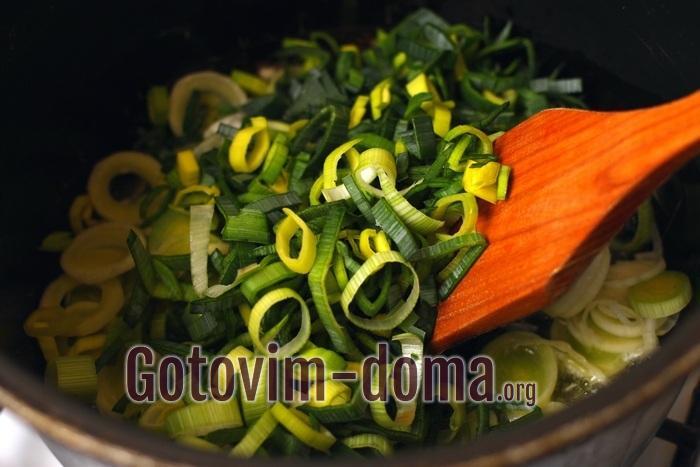 Зеленый лук поре обжаривается для супа