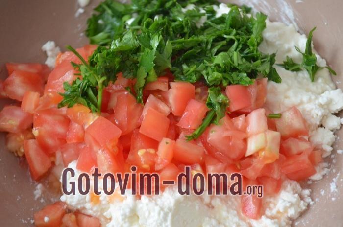 Зелень петрушки, помидор, творог и сыр для новогодней закуски