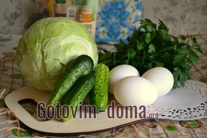 Огурцы, капуста, яйца и зелень для салата.