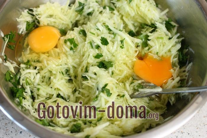 Вбейте в овощную массу куриные яйца