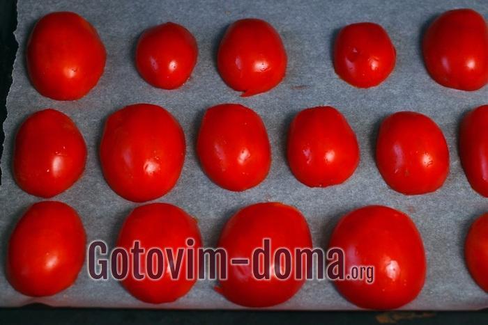 половинки помидоров, внутренней стороной вниз