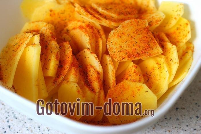 Засыпьте специи для картофеля