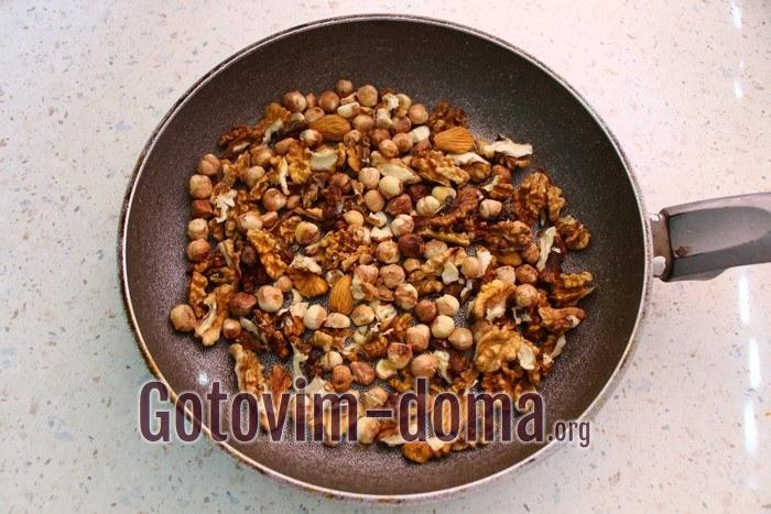 Орехи для варенья прокалили на сковороде.