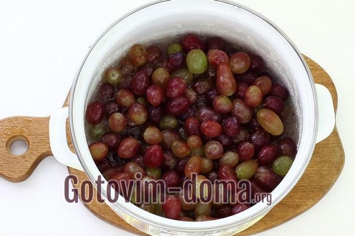 Виноград варится в сиропе