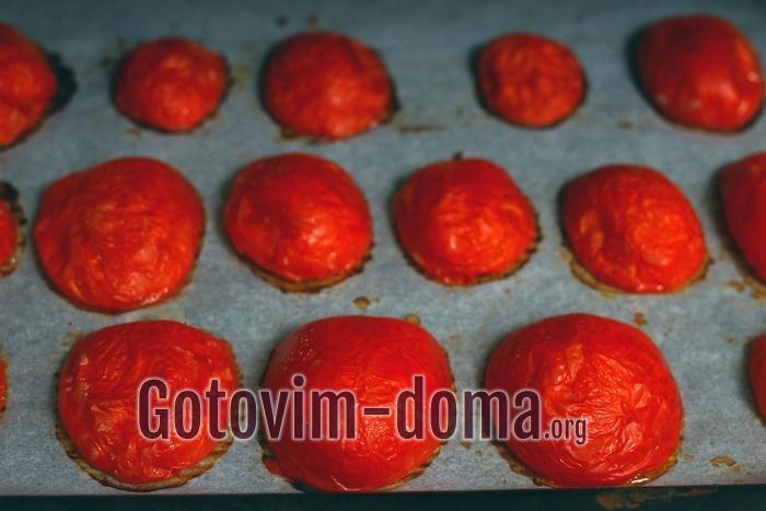Половинки помидоров запекаются в духовке