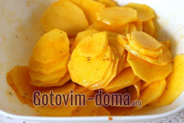 картофельные кружочки перемешаны со специями