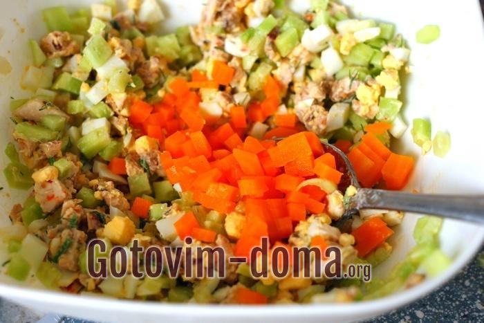 Отварная морковь добавлена в салат.