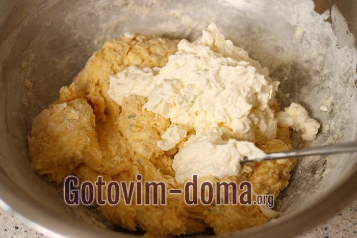 В тесто добавляется сыр фета.