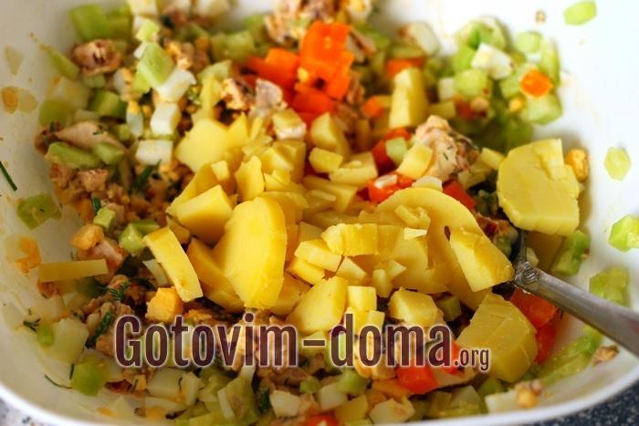 Кукуруза добавлена в миску с салатом.