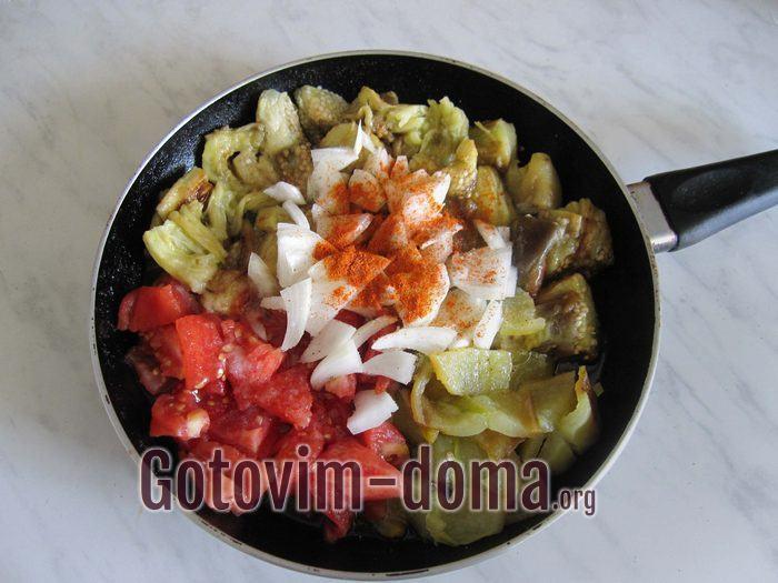 Добавить в овощную массу лук, перец молотый и соль.