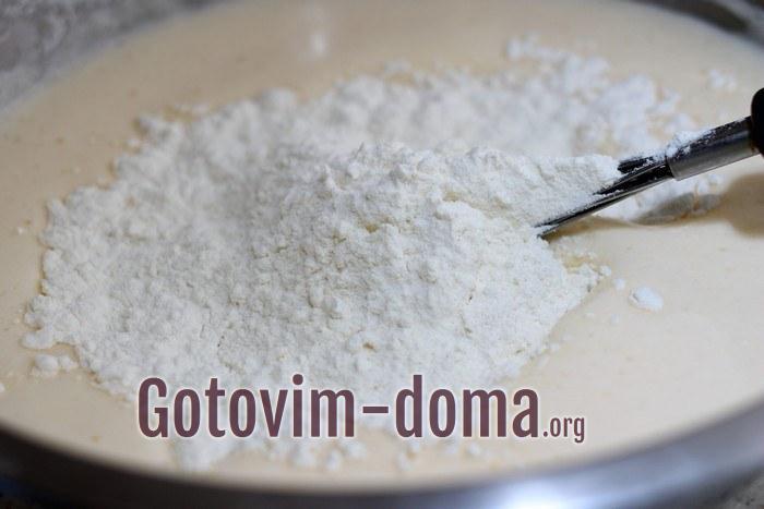 Пшеничная мука добавлена в тесто.