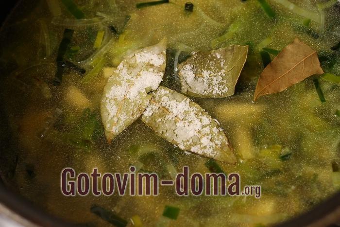 Крем-суп варится со специями