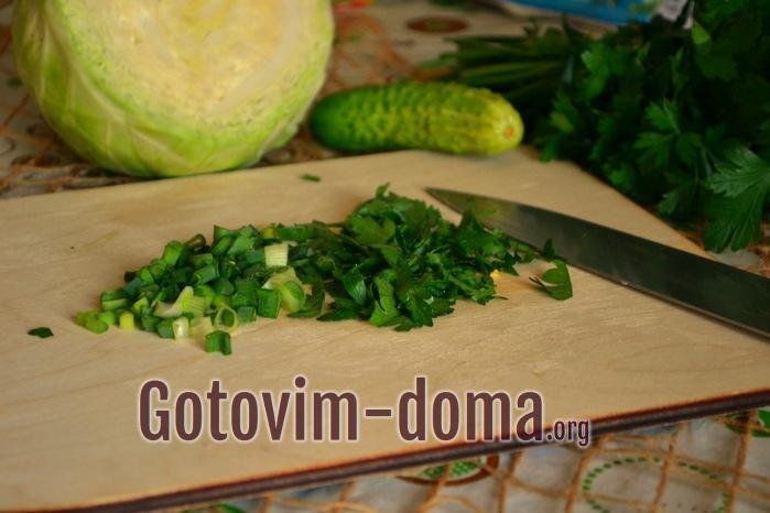 Измельченные лук и петрушка для салата.