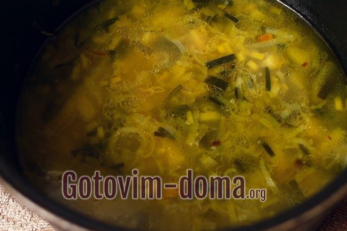Крем-суп с луком и картошкой варится