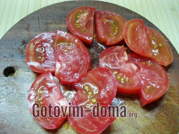 Кружочки помидоров разрезать пополам.