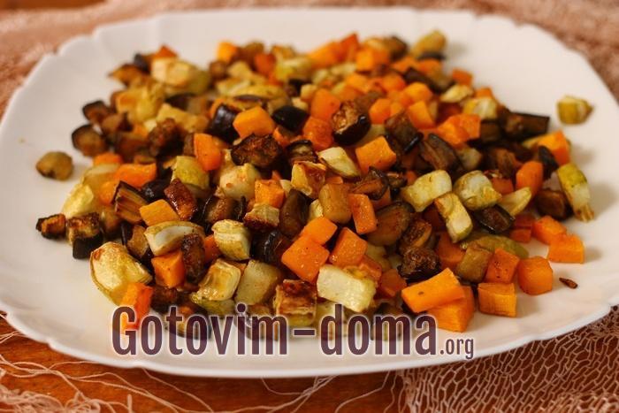 Готовые запеченные овощи выложите на блюдо